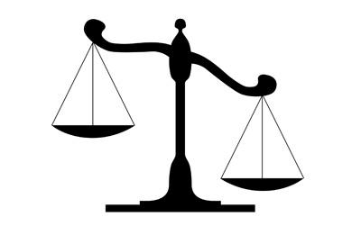 Die Waage der Justitia im Ungleichgewicht